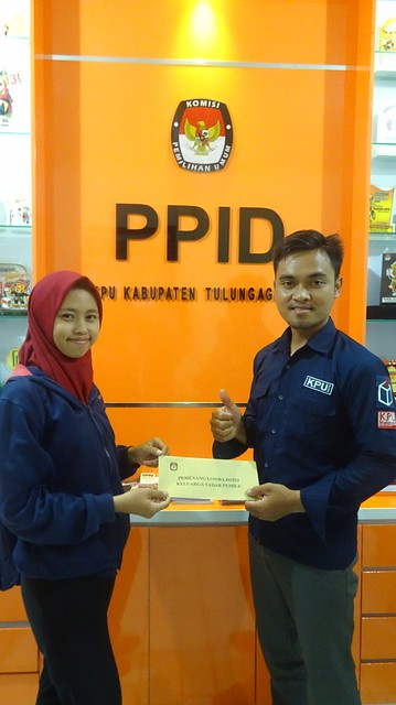 Senia Dwi Astuti mengambil hadiah di Kantor KPU Tulungagung sebagai pemenang lomba foto keluarga sadar Pilkada 2018 (22/12)