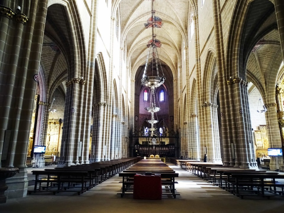Altar mayor nave central interior Catedral de Santa Maria La Real Pamplona 01