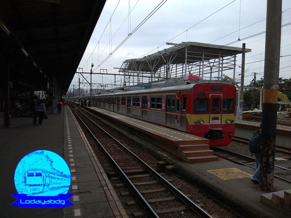 Dilan dan KRL Tokyo Metro 5000 Series (5817F)-1
