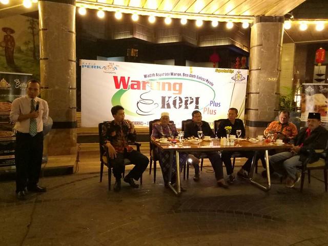 Ketua KPU Tulungagung Suprihno saat menghadiri talk show yang digelar Radio Perkasa FM di Crown Victoria Hotel (19/2)