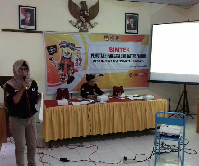 Ketua PPK Kecamatan Gondang Endah Kartikasari saat mengisi bimbingan teknis (bimtek) pemutakhiran data dan daftar pemilih pemilihan pilkada 2018 pada Kamis (18/1)