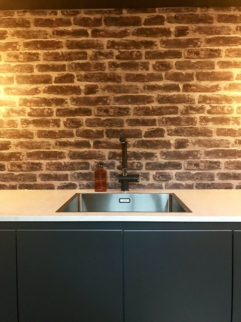 Zwarte keuken muur schoonmetselwerk