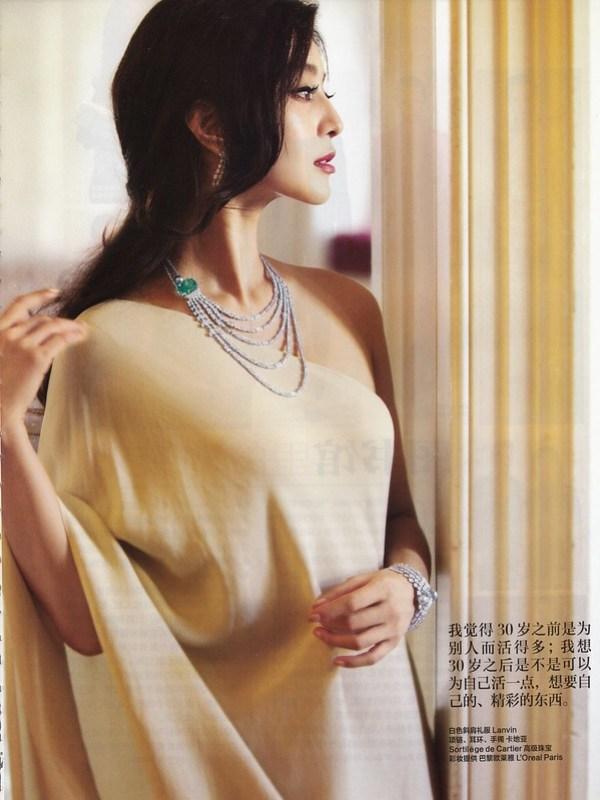 白色斜襟ドレス : ファン・ピンピン ハーパース・バザー中国版 通算265号 2011年11月号