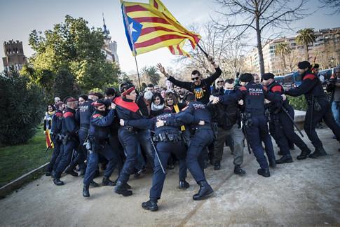 18a30 Foto Jordi Borràs Agents dels mossos intenten aturar la gent que vol entrar al parc de la ciutadella Foto Uti
