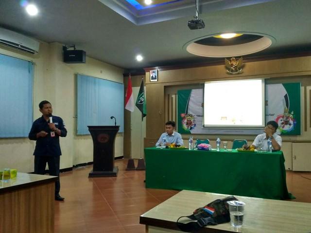 Suprihno saat memberi paparan di acara diskusi publik yang diselenggarakan HMI Cabang Tulungagung, Rabu (7/2)