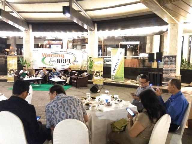 Suasana Forum dialog yang digelar Perkasa FM dengan program warung kopi plus-plus di Crown Hotel Victoria Senin (08/01)