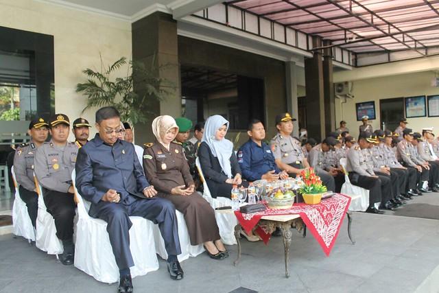 Ketua KPU Suprihno, M.Pd., (seragam kpu) saat menghadiri apel siaga pengamanan pilkada di halaman Mapolres (5/1)