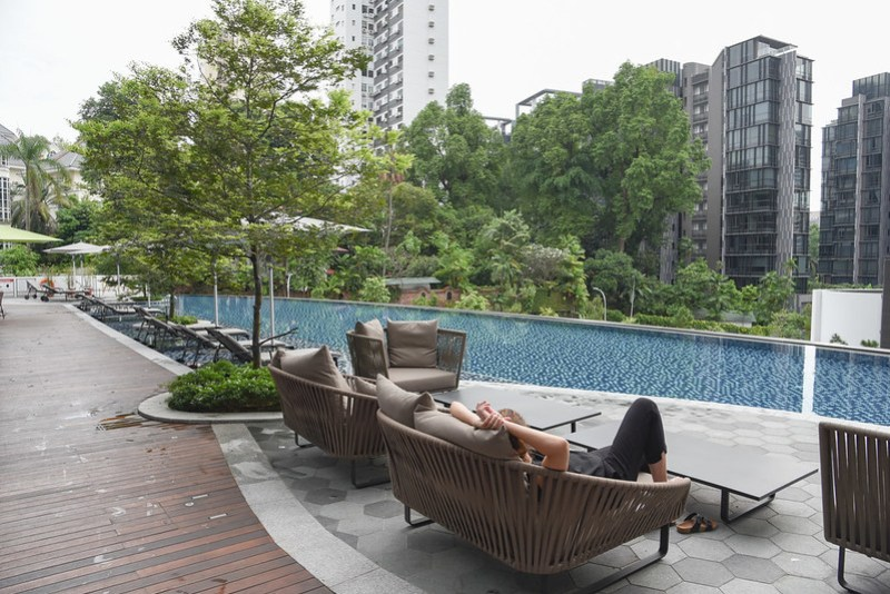 the beautiful infinity pool at novotel singapore on stevens