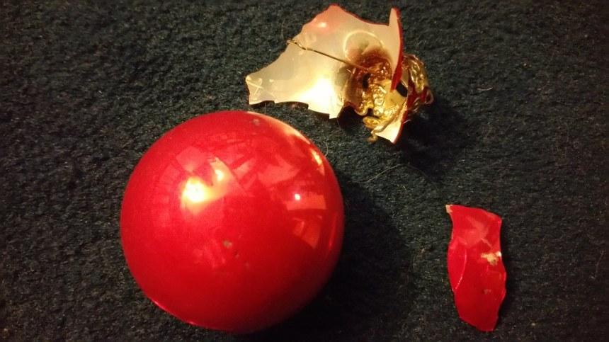En décorant le sapin de Noël...