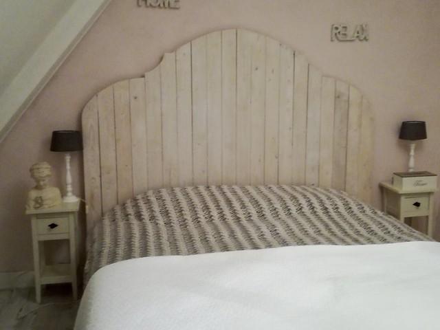 Slaapkamer houten hoofdbord bed