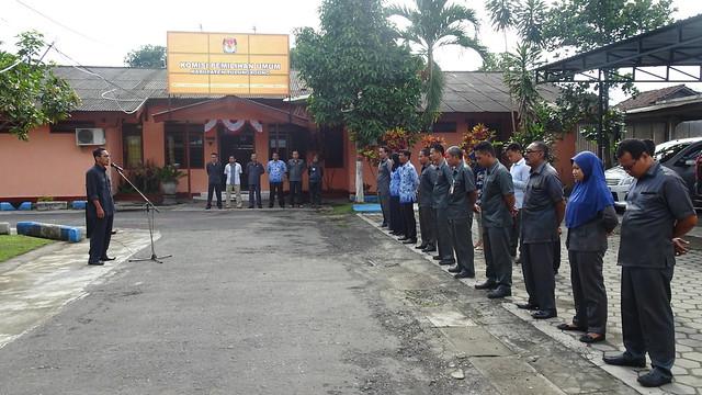 Anggota Komisioner KPU Tulungagung Mohammad Fatah Masrun, M.Si. saat memimpin apel pagi hari senin di halaman kantor KPU Tulungagung (18/12)