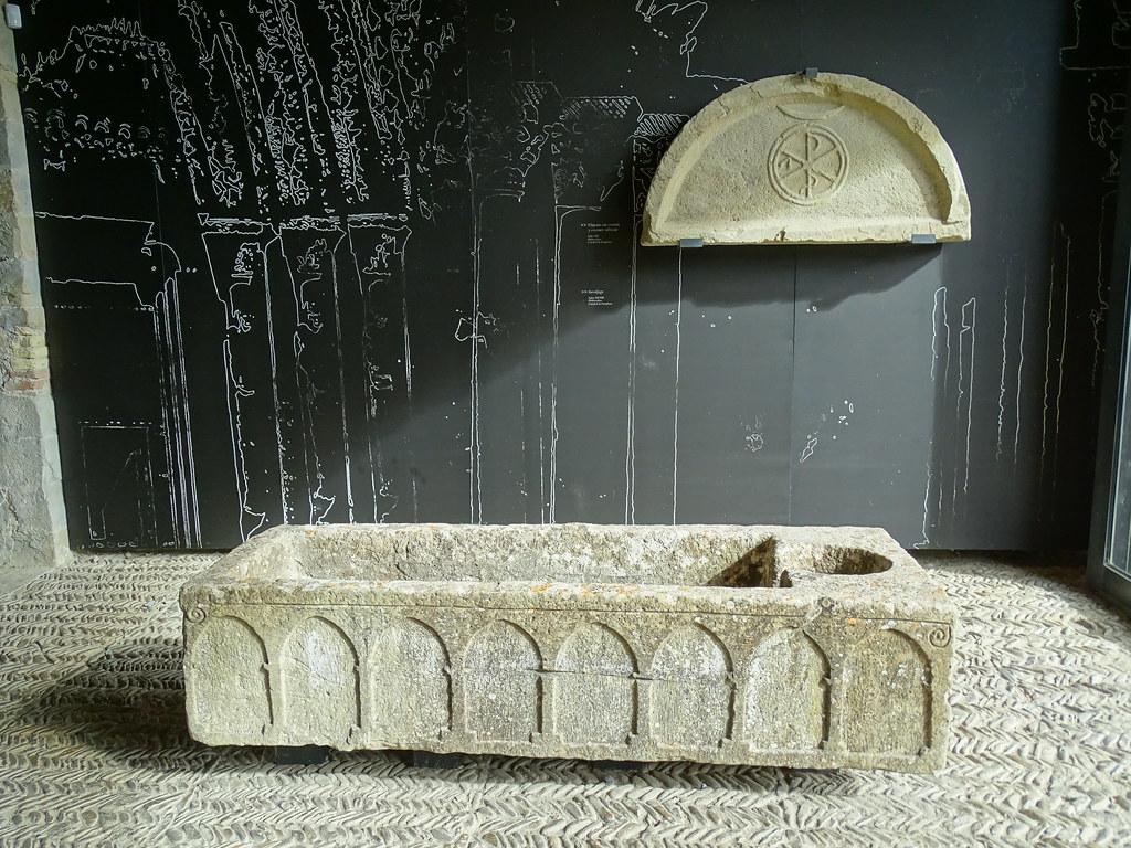 Timpano con Crismon trinitario y sepulcro romanico edad media Palacio Arzobispal Exposicion Occidens Catedral de Pamplona