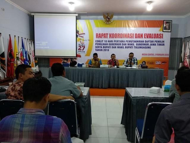 Ketua KPU Tulungagung Suprihno, M.Pd., (tengah) beserta anggota KPU saat memimpin rapat koordinasi dan evaluasi coklit 10 hari pertama di Gedung Media Center KPU Tulungagung (2/2)