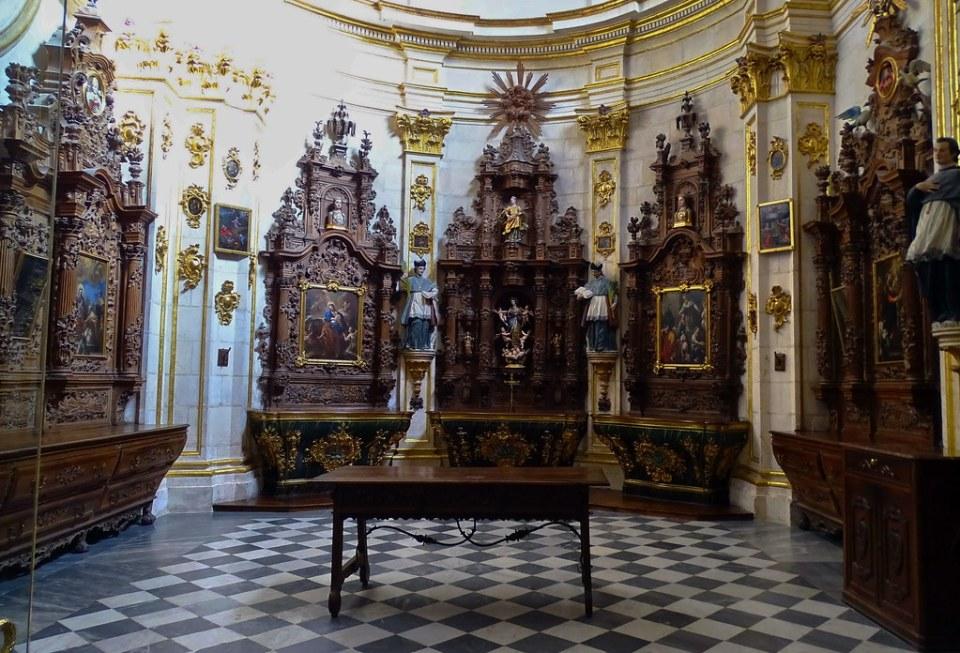 Catedral de Burgos Sacristia Mayor Mobiliario de madera con retablo y escultura 04