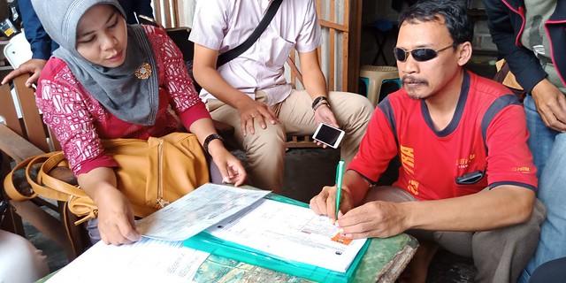 Petugas Pemutakiran Data Pemilih pada Pilkada 2018 saat mencoklit ke kaum difabel (21/1)