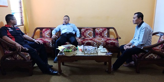 Ketua KPU Suprihno, M.Pd (kiri) saat berkoordinasi dengan Ketua IDI Tulungagung Dr. Kasil Rahmad (tengah) di kantor KPU (27/12)
