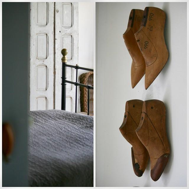 Antieke schoenmallen aan de muur