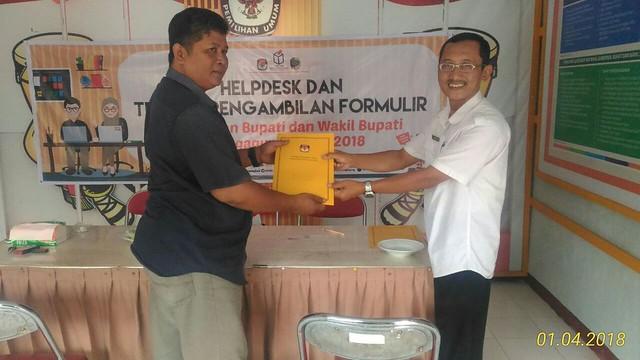 Sekretaris KPU Drs. Mundiyar menyerahkan formulir pendaftaran kepada Purwanto utusan dari H. Mochamad Chamim Badruszaman (5/1)