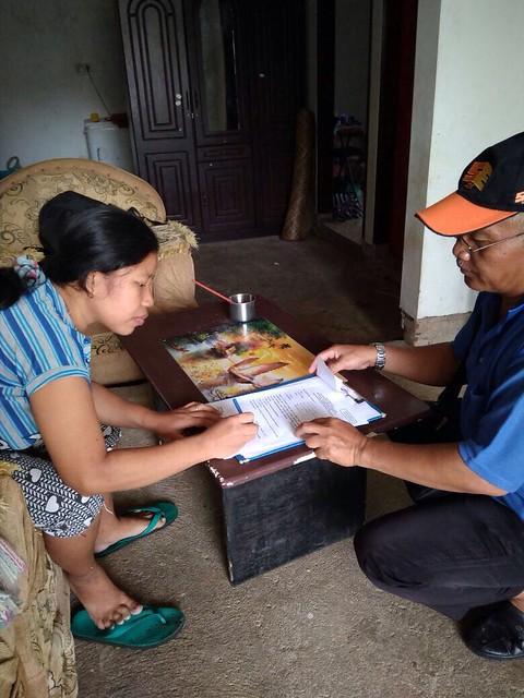 Ketua PPS Desa Gondosuli Teguh (bertopi), saat melakukan verifikasi faktual kepada salah satu warga (12/12)