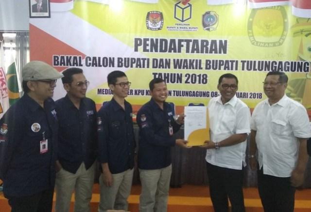 Suprihno menyerahkan tanda terima kekurangan berkas pendaftaran pada pasangan Syahri Mulyo – Maryoto Birowo (Sahto), Rabu (10/1)