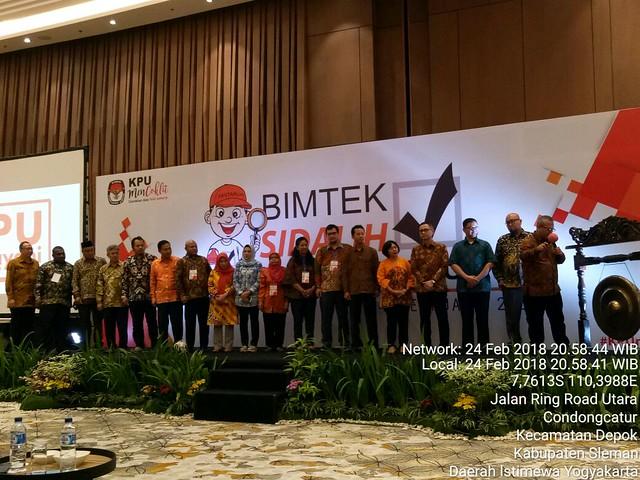 Ketua KPU Arif Budiman memukul gong saat membuka acara bimtek Sidalih untuk penyelengaraan Pemilu 2019 di Hall Yogyakarta Marriot Hotel (24/2)