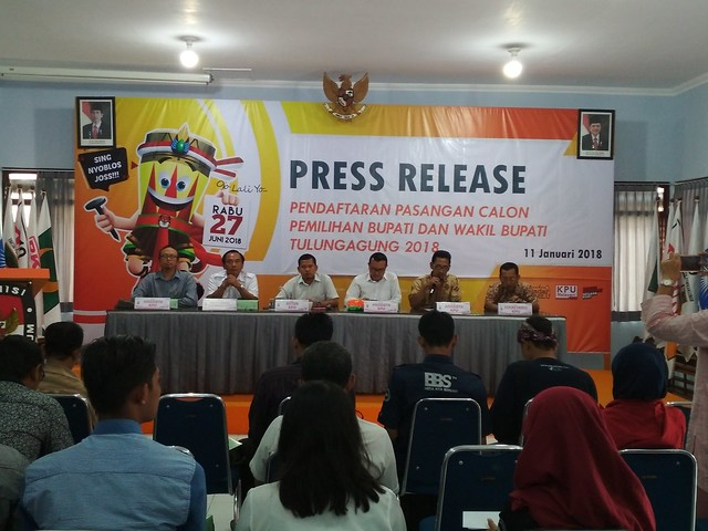 KPU Tulungagung release pasangan calon (Paslon) yang mendaftar dalam pemilihan bupati dan wakil bupati Tulungagung di tingkat kabupaten Tulungagung 2018. di ruang Media Center (11/1)