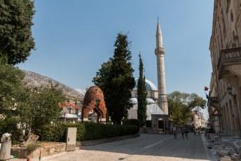De Karađoz Bey Moskee met de grootste koepel en minaret in de regio.