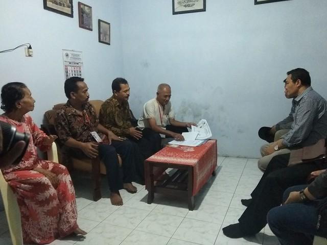 Anggota Bawaslu Jatim Aang Kunaifi saat memantau pelaksanaan coklit di salah satu rumah warga (24/1)