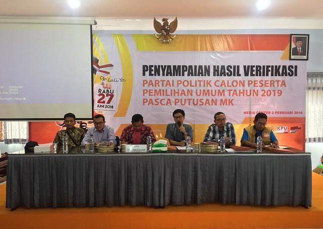 KPU Tulungagung mengumumkan hasil verifikasi faktual partai politik (parpol) peserta pemilu 2019 di gedung media center KPU Jl. KHR. Abdul Fattah IV/3 Jum'at (2/2)