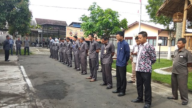 Pimpinan dan staf KPU Tulungagung terlihat khidmat mengikuti apel hari senin pagi di halaman kantor KPU Tulungagung (5/3)