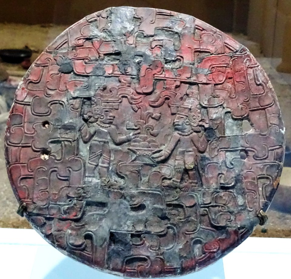 arte maya Espejo estilo Veracruz parte trasera Kaminaljuyu Preclasico Museo Nacional de Arqueologia y Etnologia Ciudad de Guatemala