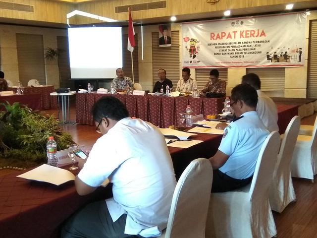 Suasana rapat kerja antara KPU dan instansi di Crown Victoria Hotel (28/12)