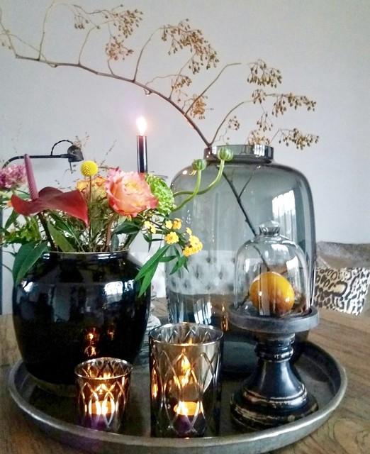 Dienblad, vaas, glazen stolp en kandelaars