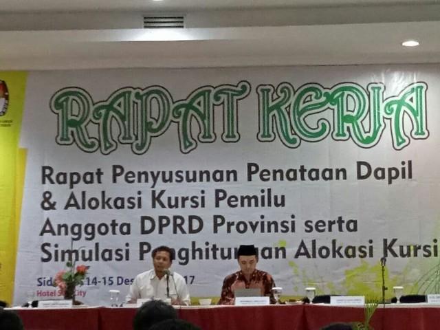 Mantan Ketua Bawaslu Dr. Sufiyanto (kemeja putih) saat memberikan pengarahan kepada peserta rapat kerja penyusunan penataan dapil dan alokasi kursi pemilu anggota DPRD provinsi serta simulaso penghitungan alokasi kursi di Sun City hotel Sidoarjo (14/12)