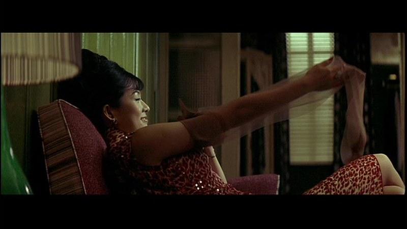 チャン・ツーイー : チャウ・モウワンからストッキングを貰い喜ぶダンサーのバイ・リン。