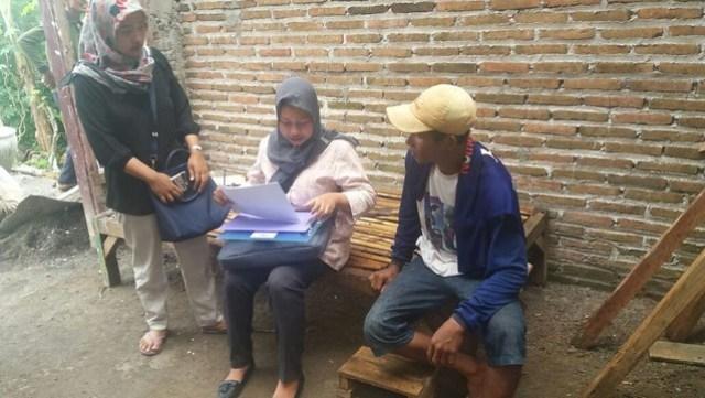 Tim KPU Tulungagung saat melakukan verifikasi faktual pada salah seorang anggota parpol calon peserta Pemilu 2019, Rabu (20/12)