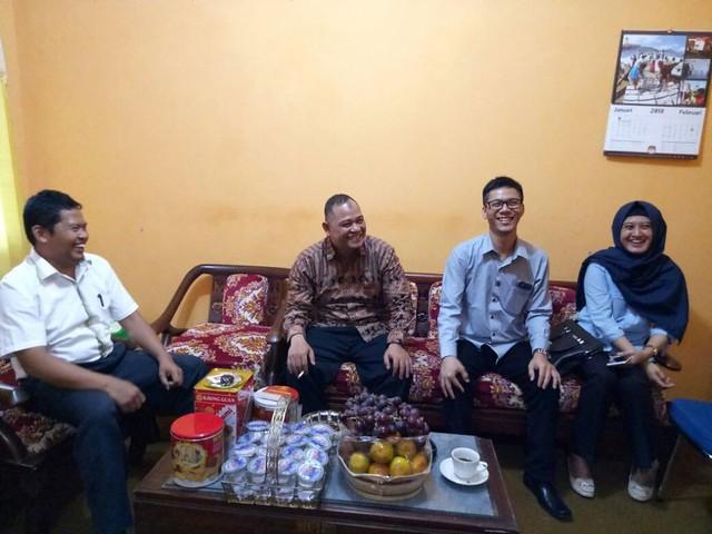 Totok Hariyono yang ditemani anggota Panwaslu Tulungagung saat diterima Suprihno dan Agus Safei di Kantor KPU Tulungagung, Kamis (15/2)