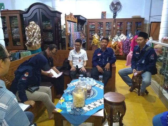 Tim Monitoring Coklit KPU Tulungagung tengah melakukan monitoring di salah satu pelaku UMKM Batik Gajah Mada Mojosari Kauman (8/2)