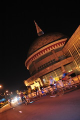 brunei_bsb_bicyclers-pass-by-the-royal-regalia-building-as-they-complete-the-circuit-to-promote-a-limited-carbon-footprint-lifestyle-03_nizamrahman_7032327599_o