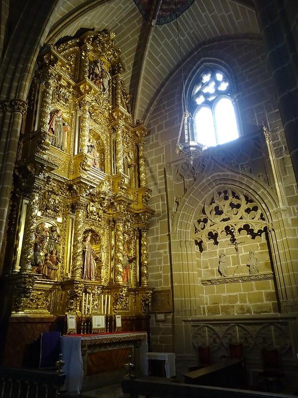 Capilla de Santa Catalina retablo y Sepulcro del Calvario Catedral de Santa Maria La Real Pamplona 01
