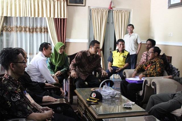 Petugas PPDP saat melaksanakan Coklit di kediaman Eko Prisdianto Desa Kendalbulur Kecamatan Boyolangu (23/1)