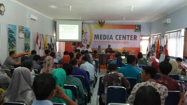 Suasana rakor KPU dengan PPK di gedung media center KPU Tulungagung (27/2)