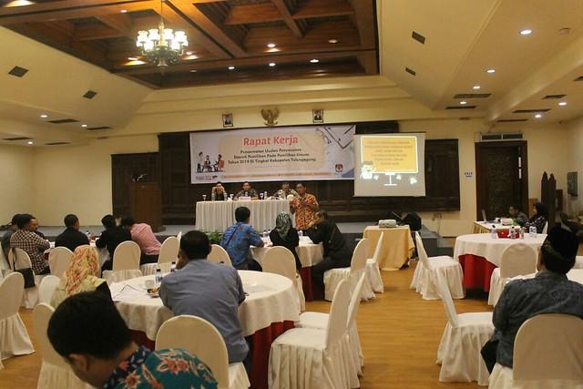 Divisi teknis KPU Tulungagung Mohammad Fatah Masrun, M.Si., saat memberikan paparan pada rapat kerja pencermatan usulan penyusunan dapil pada pemilu 2019 tingkat Kabupaten di Hall Hotel Narita (19/1)