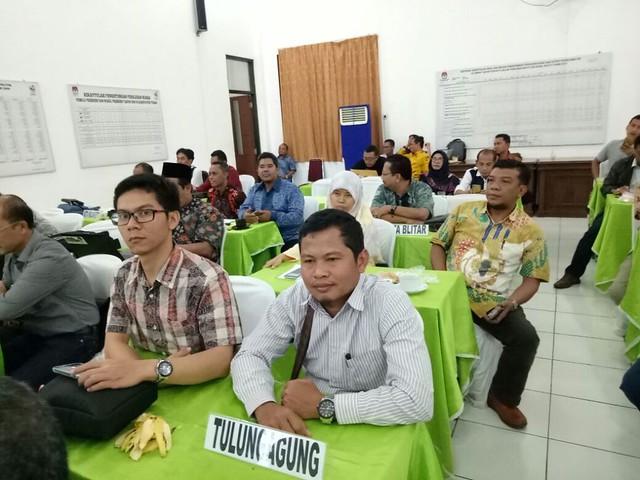Suprihno dan Agus Safei mewakili KPU Tulungagung hadir dalam acara rakor di Kantor KPU Tuban yang dimulai Sabtu (3/2) dan berakhir Minggu (4/2)