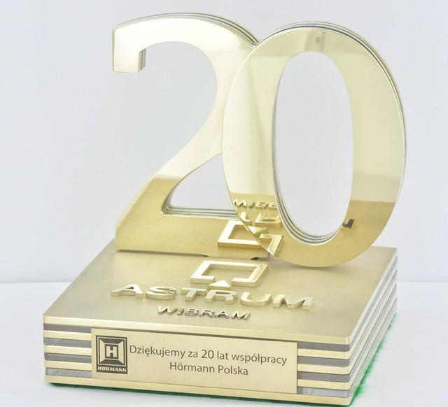 Statuetka okolicznościowa na 20 -lecie z polerowanego ręcznie metalu
