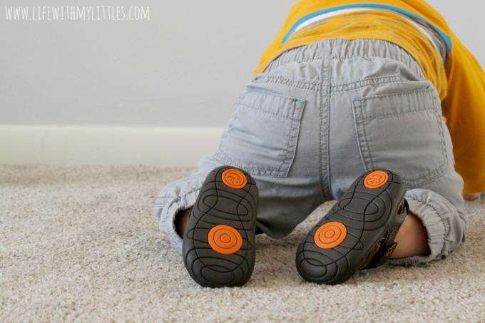 Không chắc chắn làm thế nào để chọn giày phù hợp cho bé?  Dưới đây là mười lời khuyên để đảm bảo bạn chọn một số thứ mà bạn và bé sẽ thích!