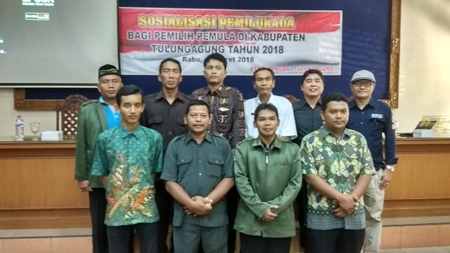 Suyitno Arman (kiri atas) Anggota KPU Tulungagung tengah berfoto bersama seusai penyampaian materi dalam Sosialisasi Pilkada 2018 di Auditorium STKIP Tulungagung (14/3)