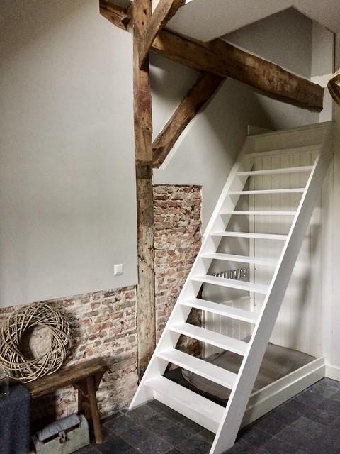 Witte trap, muur schoonmetselwerk