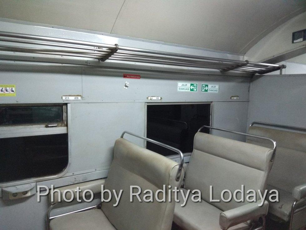 Kereta Api Bisnis (K2) di Kereta Api Lokal Cibatuan (3/5)