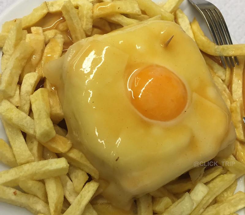 Ruta por Oporto y alrededores | Francesinha del Café Santiago, plato típico de Oporto | ClickTrip.ES